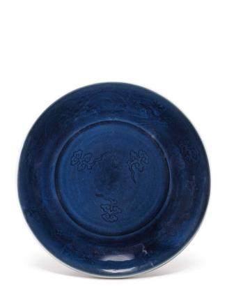 清十八世紀初   藍釉暗花雙龍流雲紋盤 《大明宣德年製》仿款