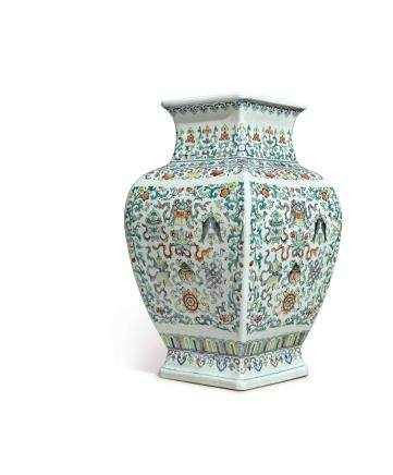 清十八 / 十九世紀   鬥彩八吉祥紋大方瓶 《大明成化年製》仿款