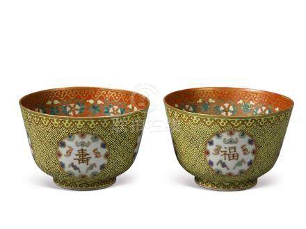 A PAIR OF YELLOW-GROUND FAMILLE-ROSE 'MEDALLION' BOWLS QING DYNASTY, GUANGXU PERIOD