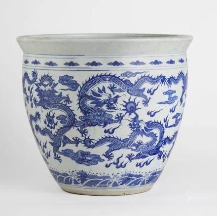Deux grands cache-pots, Chine, XXe s Porcelaine bleue et blanche à décor de phoénix, dragons et végétaux, H 36, D 41 cm