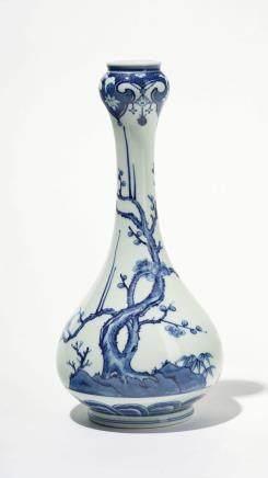 Vase à long col, Chine, dynastie Qing (1644-1912), marque Yongzheng apocryphe Porcelaine bleu et blanc à décor de prunus et bambous, H 27 cm