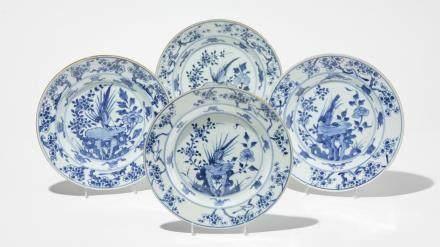 Quatre assiettes circa 1700, Chine, époque Kangxi (1662-1722) Porcelaine émaillée bleu et blanc à décor de fleurs et d'un faisan, D 23 cm