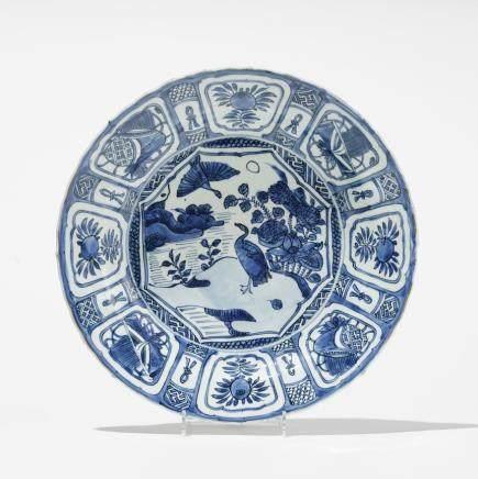 Plat semi-creux, Chine, époque Wanli (1573-1620) Porcelaine émaillée bleu et blanc à décor de canards et fleurs, le marli à motifs de fleurs et fruits, D 28 cm