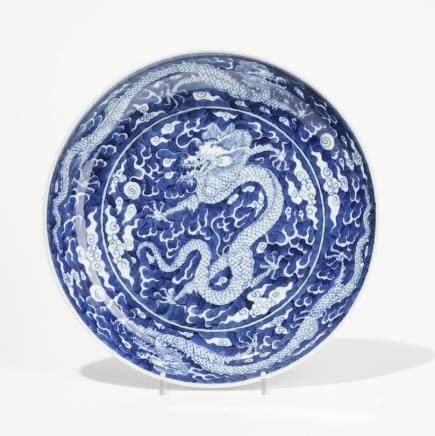 Plat, Chine XIXe-XXe s  Porcelaine bleu et blanc à décor d'un dragon, marque de Hall, D 26cm