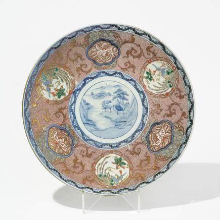 Grand plat rond, Chine, début XXe s Porcelaine émaillée polychrome à décor d'oiseaux et paysages en réserve sur fond de croisillons rouges, D 46 cm
