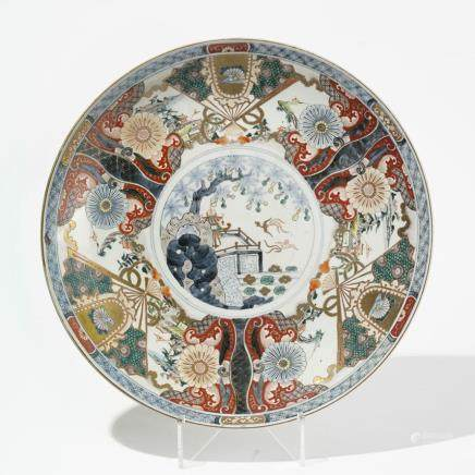 Grand plat rond, Chine, début XXe s Porcelaine émaillée polychrome à décor d'éventails sur fond de paysages, D 47 cm