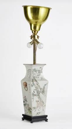 Vase à section carrée, Chine, dynastie Qing (1644-1912) Porcelaine émaillée polychrome à décor de calligraphie, H 38 cm