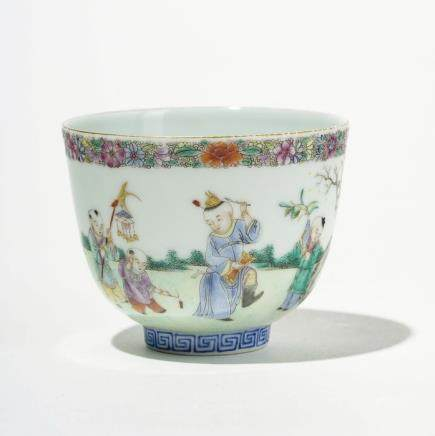 Coupe famille rose, Chine XXe s Porcelaine à décor polychrome d'enfants dans un jardin, D 9 cm