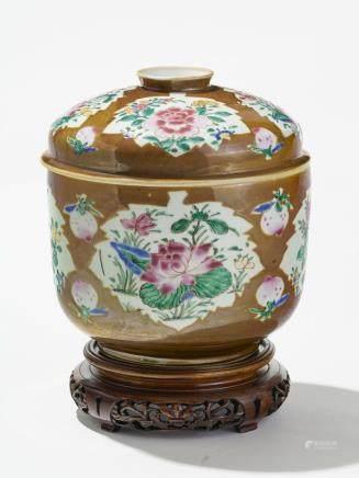 Terrine famille rose, Chine, époque Qianlong (1736-1795) Porcelaine à décor de réserves en forme de feuilles, à motif de fleurs polychromes sur fond capucin décoré de pêches, H 22 cm