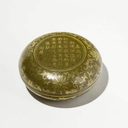 Boîte ronde, Chine, époque République Porcelaine à décor d'une calligraphie et de fleurs sur fond poudre de thé, marque apocryphe, D 8,5 cm