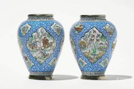 Paire de vases, émaux de Canton, Chine, XIXe s, pour le marché perse A décor de scènes de chasse et animaux en réserve, H 11 cm