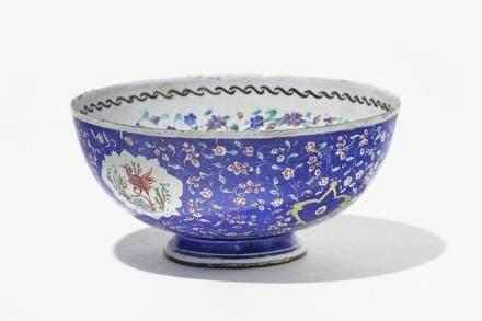 Coupelle, émaux de Canton, Chine, XIXe s A décor de fleurs et oiseaux sur fond bleu, D 10 cm