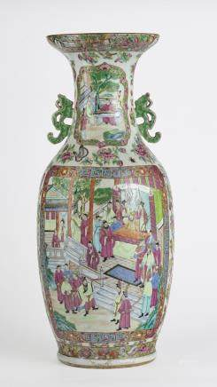 Grand vase, Canton, Chine, XIXe s  Porcelaine émaillée polychrome à décor de scènes animées dans des réserves, H 63 cm