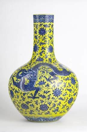 Important vase balustre, Chine, début XXe s, marque Qianlong apocryphe Porcelaine à décor de dragons bleus sur fond jaune, H 60 cm