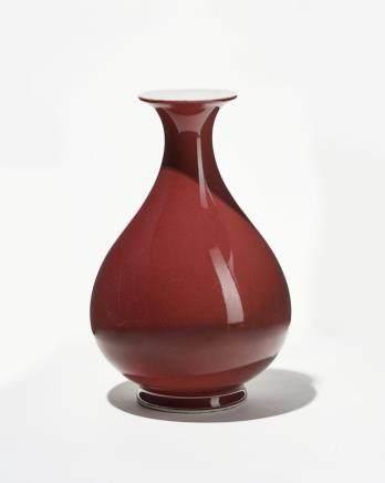 Vase balustre sang de boeuf, Chine, marque Qianlong apocryphe Porcelaine émaillée monochrome, H 25 cm