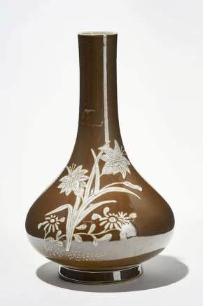 Vase à col étroit, Chine, dynastie Qing (1644-1912) Porcelaine à décor de fleurs blanches sur fond café au lait, H 22 cm