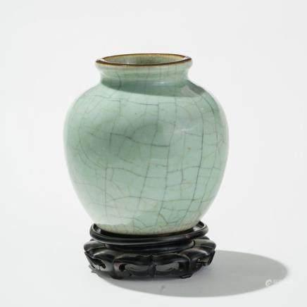 Jarre, Chine, XIXe s  Porcelaine céladon clair craquelé, socle en bois, H 18 cm