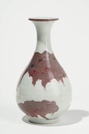 Vase yuhuchun, Chine, style dynastie Yuan (1280-1368) Porcelaine à décor émaillé de coulures rouges sur fond blanc, H 22 cm