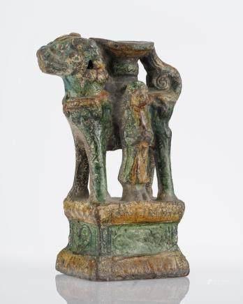 Brûle-encens, Chine, époque Ming (1368-1644) Terre cuite émaillée à engobe ocre et verte, H 22 cm