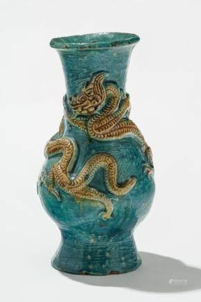 Vase, Chine, probablement XVIIe s  Grès émaillé turquoise à décor d'un dragon ocre