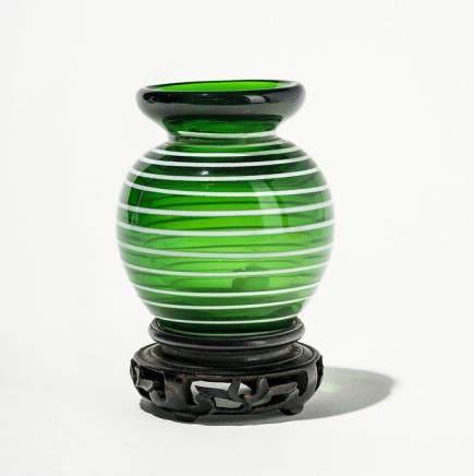 Vase en verre de Pékin, Chine, marque Daoguang (1820-1850), Col évasé, décor de filets blancs sur fond vert, H 9 cm