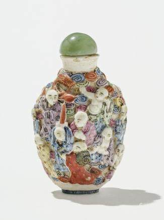 Flacon à priser (snuff bottle) famille rose, Chine, début XIXe s Porcelaine à décor en relief des 18 lohans, marque à la base, H 8 cm