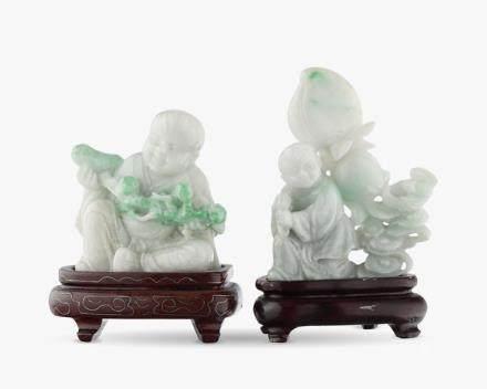 Enfant en tailleur et enfant aux pêches: deux sujets, Chine  Jade sculpté, H 7 et 9,5 cm