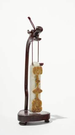 Pendentif cylindrique, Chine Jade bicolore sculpté d'un motif en relief, L 8 cm