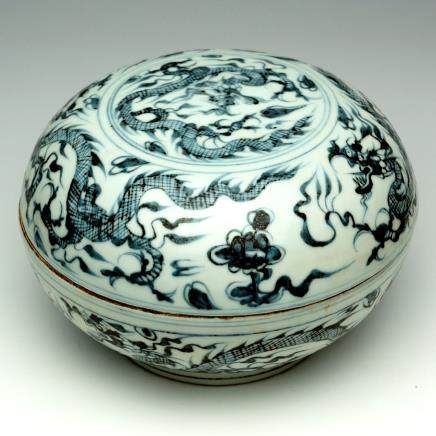 A CHINESE BLUE AND WHITE 'DRAGON' BOWL WITH COVER