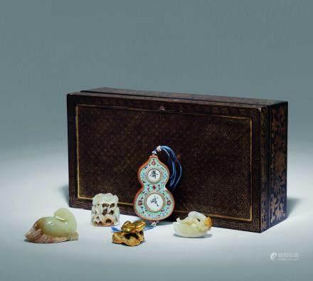 清 黑漆描金多寶盒 內含古玉三件、瓷齋戒牌一件,鎏金文鎮一件