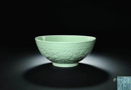 清乾隆 仿龍泉浮雕牡丹紋青釉碗