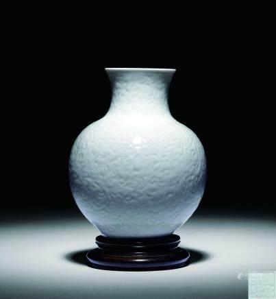清乾隆 仿定窯暗刻纏枝蓮紋花瓶