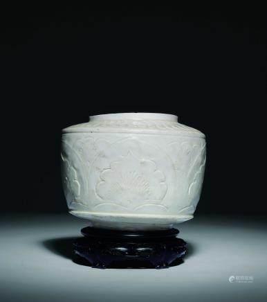 宋 定窯白瓷牡丹唐草紋瓶
