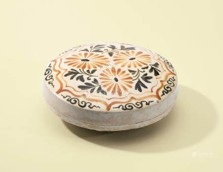A CIZHOU PAINTED 'CHRYSANTHEMUM' CIRCULAR BOX AND COVER