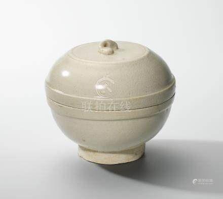 A WHITE-GLAZED CIRCULAR BOX AND COVER