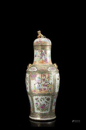 中國 十九世紀 廣彩人物花卉紋蓋瓶