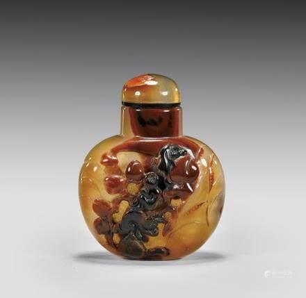 CARVED CAMEO AGATE SNUFF BOTTLE 瑪瑙雕猴紋鼻煙壺