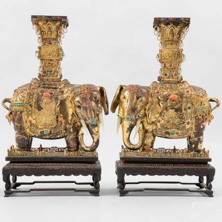 Importante pareja de Elefantes chinos en plata dorada. Trabajo Chino, Siglo XIX-XX.