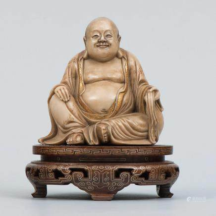 """""""Buda de la Felicidad"""" Figura escultórica realizada en piedra jabón. Trabajo Chino, Siglo XX"""