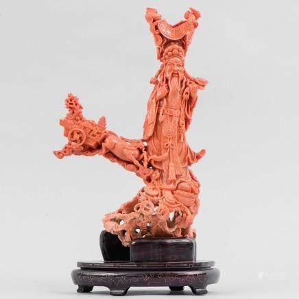 """""""Dios de la Guerra"""" Importante grupo escultórico realizado en coral rojo. Trabajo Chino, Principios del Siglo XX."""