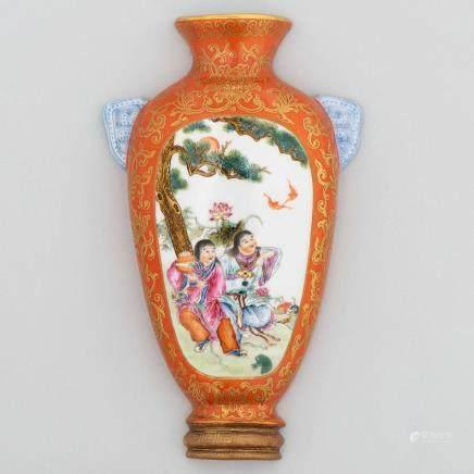 Aplique de pared chino en porcelana. Trabajo Chino, Siglo XX.