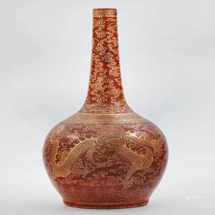 Jarrón chino en porcelana color rojo con motivos en dorado. Trabajo Chino, Siglo XX.