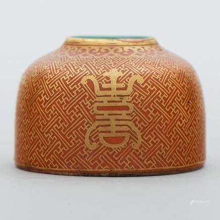 Jarrón chino en porcelana color rojo con decoración en dorado. Trabajo Chino, Siglo XX.