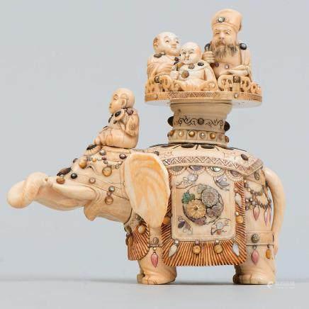 """""""Elefante con niños"""" Figura en marfil Shibayama periodo Meiji. Finales del Siglo XIX"""