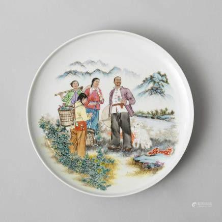 Plato circular en porcelana China. Trabajo Chino, Siglo XX.