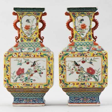 Pareja de jarrones chinos de forma poligonal en porcelana familia amarilla. Trabajo Chino, Siglo XIX