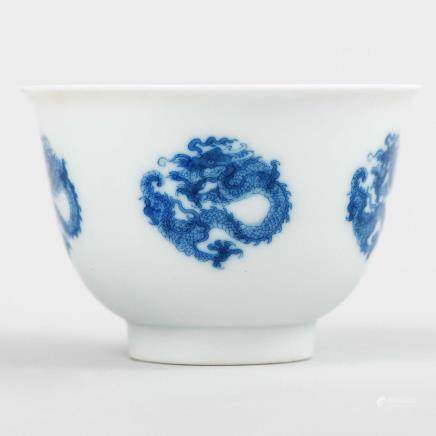 Tazita china en porcelana azul y blanca. Trabajo Chino, Siglo XX.