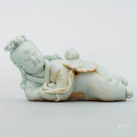 """""""Niña con flores"""" Antigua figura china en porcelana de celadón."""
