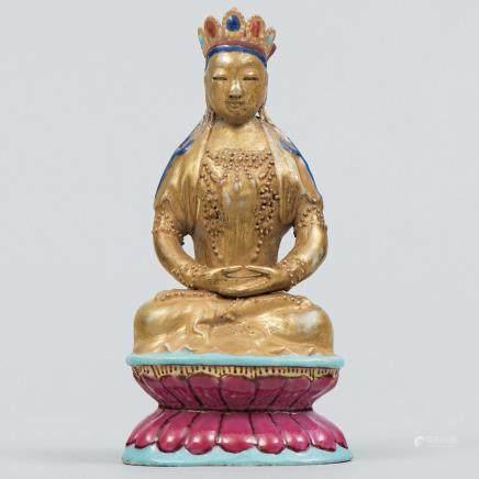 """Buda sobre flor de loto"" figura china en porcelana familia rosa con toques de dorado."