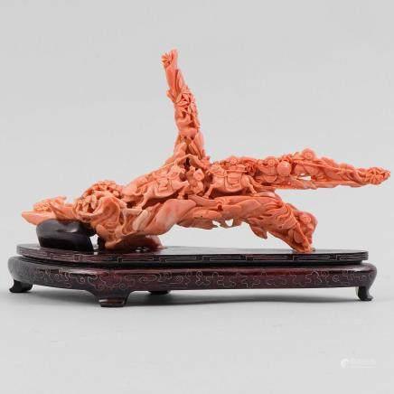 """""""Escena de batalla"""" Grupo escultórico realizado en coral rojo. Trabajo Chino, Primera mitad del siglo XX."""